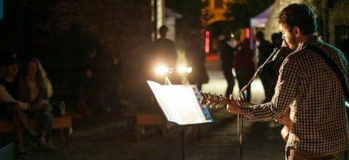 """HULI, al secolo Luca Pandolfo, giovane chitarrista, pianista e cantante di Treviso ma soprattutto autore di tutti i brani contenuti nei sui due dischi autoprodotti: l'esordio """"Huli"""" del maggio 2015 […]"""