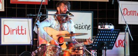 Tutto nasce dalla mente più o meno sana di Andrea Campostrini, batterista veronese che dopo lo scioglimento della sua band nel 2016, i Nom De Plume, prende in mano la […]